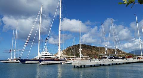 Яхты стоят на якоре в Christophe Harbour