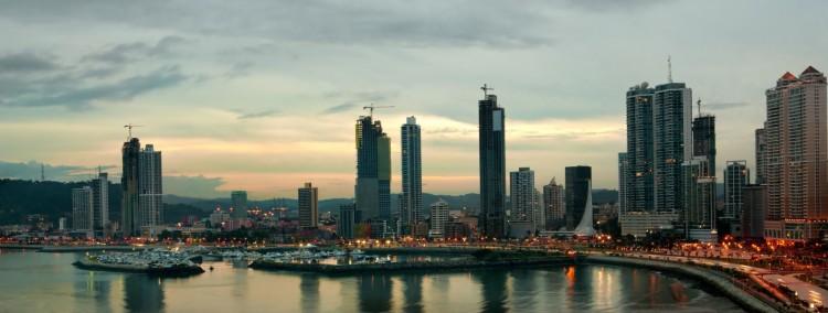Панама неутомимо стремится очистить свою репутацию Панама сегодня занимает лидирующее место среди стран Латинской Америки. Панама продолжает прогрессировать в экономике и с каждым годом привлекает к себе всё больше и больше инвесторов. Заинтересованность правительства Панамы в привлечении иностранных инвесторов обязывает государство соблюдать международные правила и законы, а также создать положительный международный имидж своей страны. Поэтому страна хочет приблизиться к международным стандартам и постоянно обновляет принятые новые законы, адаптируя их к современным реалиям. После выхода из чёрного списка в 2014 году, согласно заключениям FATF, Панама была определена в так называемый «Серый список», где находятся страны, которые недостаточно активно борются с отмыванием денег и терроризмом. Организация FATF три раза в год проводит мониторинги в стране по сложившейся ситуации с законами, направленными на предотвращение отмывания денег, финансирование терроризма и распространение оружия массового уничтожения. Также за деятельностью финансового сектора Панамы ведёт надзор организация МВФ, так как Панама является одним из членов этой организации. Законодательство по предотвращению отмывания денег было создано ещё в октябре 2000 года (закон № 24), где закреплялись уже существующие контролирующие и надзорные органы над финансовым и фондовым рынком услуг, а также над компаниями, занимающимися продажей недвижимостью, автомобилями, азартными играми и другими видами нефинансового сектора. Полномочия по контролю предоставляются специально подготовленным лицам, а также третьим лицам в лице адвокатов, нотариусов и аудиторных проверяющих. Правительство рассчитывает, что закон приведёт к прозрачности международного сотрудничества и приблизит Панаму к международным стандартам по борьбе с отмыванием денег и терроризмом. На протяжении последних двух лет были утрачены корреспондентские отношения по работе с иностранными банками и на сегодня в стране с участием банков – корреспонденто