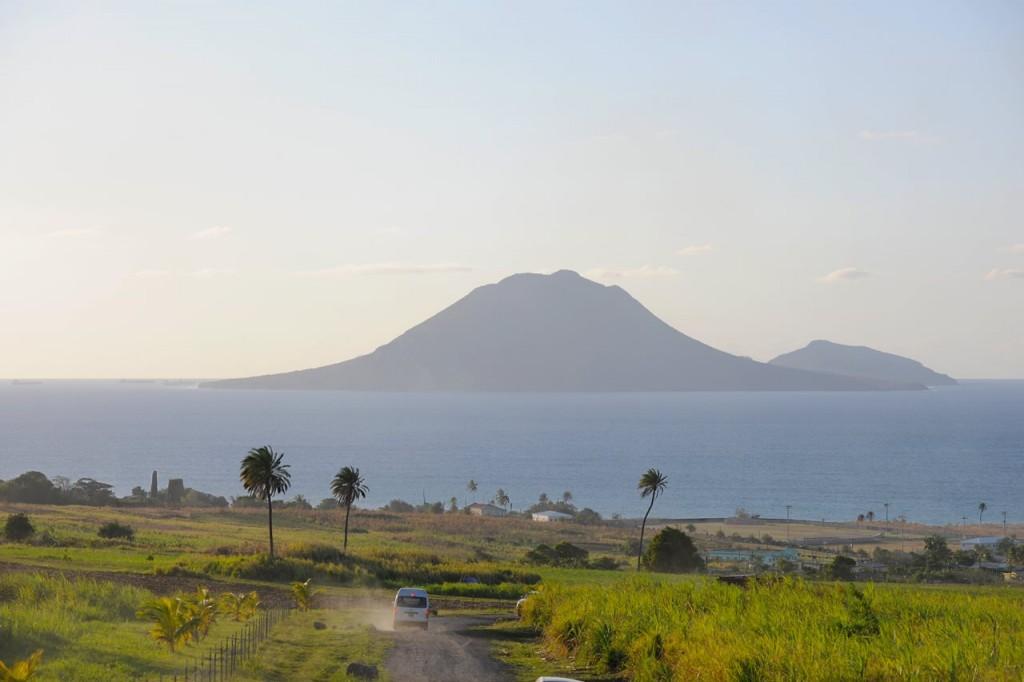 зеленые поля Сент-Китс и Невис