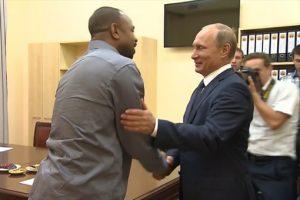 Американский боксёр Рой Джонс получил второе гражданство от Путина