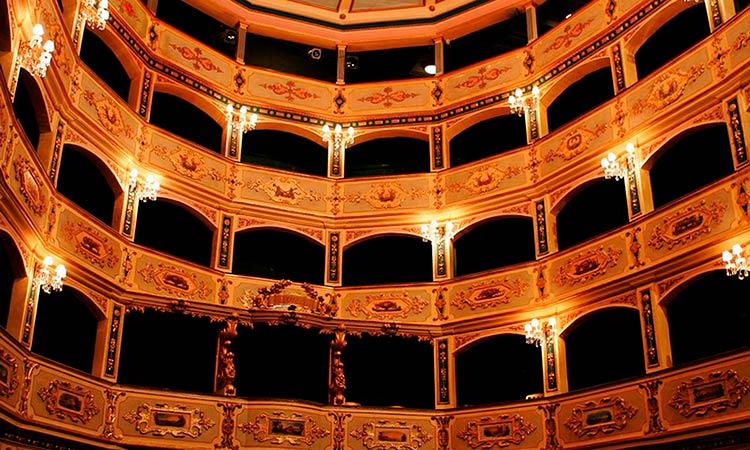Стены в стиле барокко в театре Маноэль