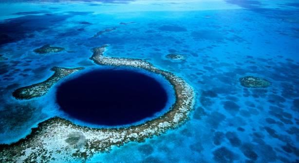 Коралловый риф имеет резкий обрыв