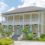 Переехать на Багамы и изучить местное искусство, посещая музеи, выставки и галереи