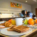 Оформляем ВНЖ Гибралтара через налоговое соглашение и отмечаем это в местном ресторане