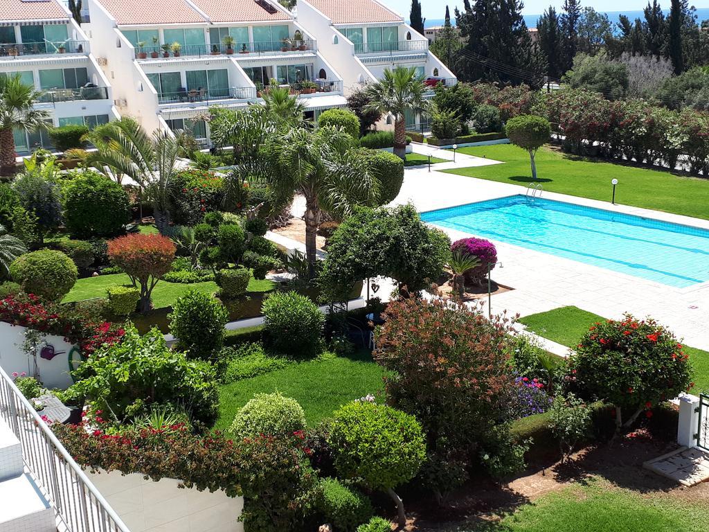 Недвижимость с правом на ВНЖ Кипра: квартира в комплексе BayView с огромной террасой и бассейном в Лимассоле – от 350 000  EUR