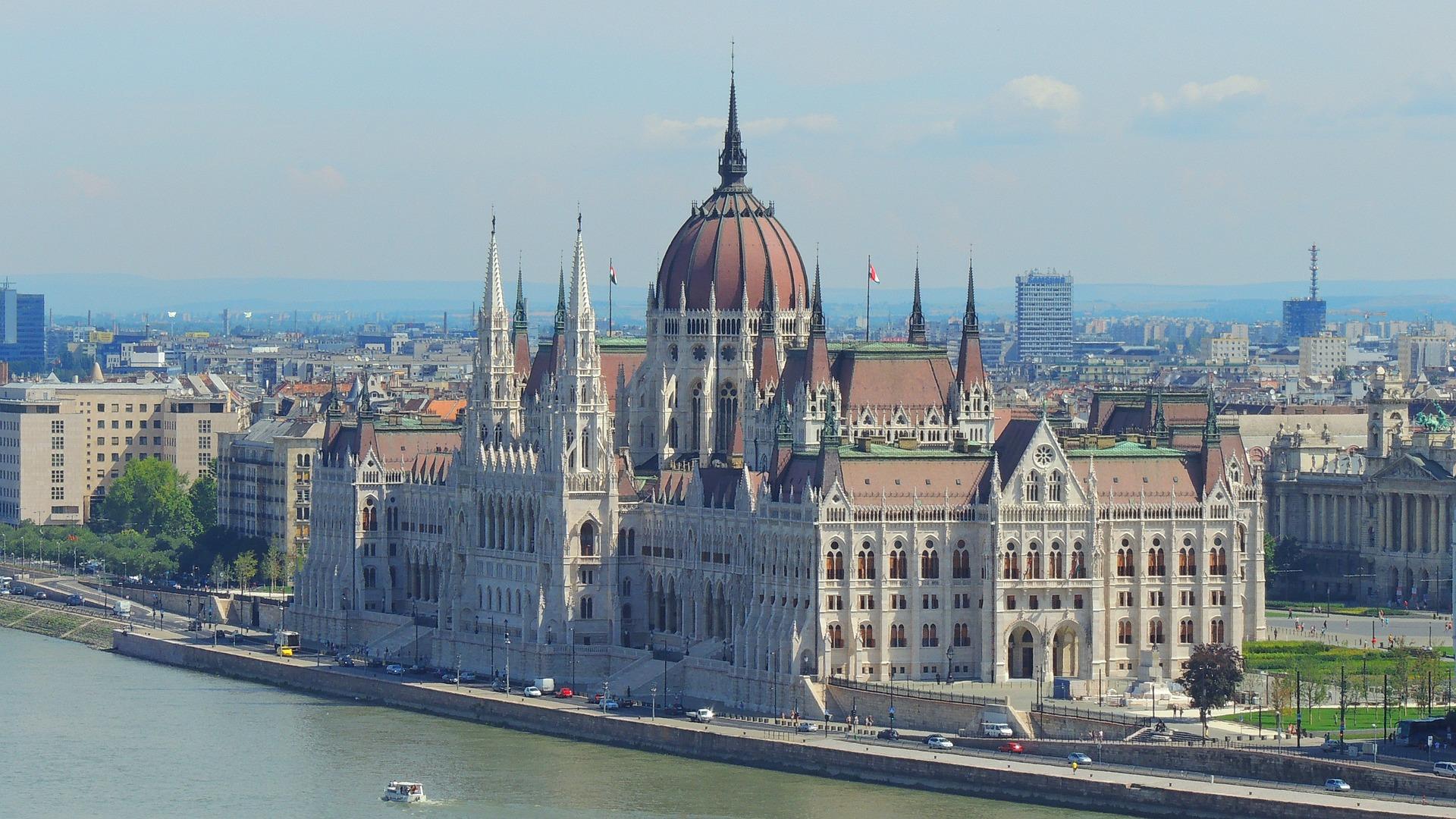 Картинка - Компания в Венгрии