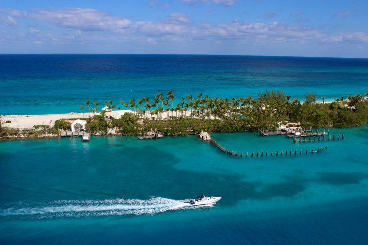 Компания на Багамах