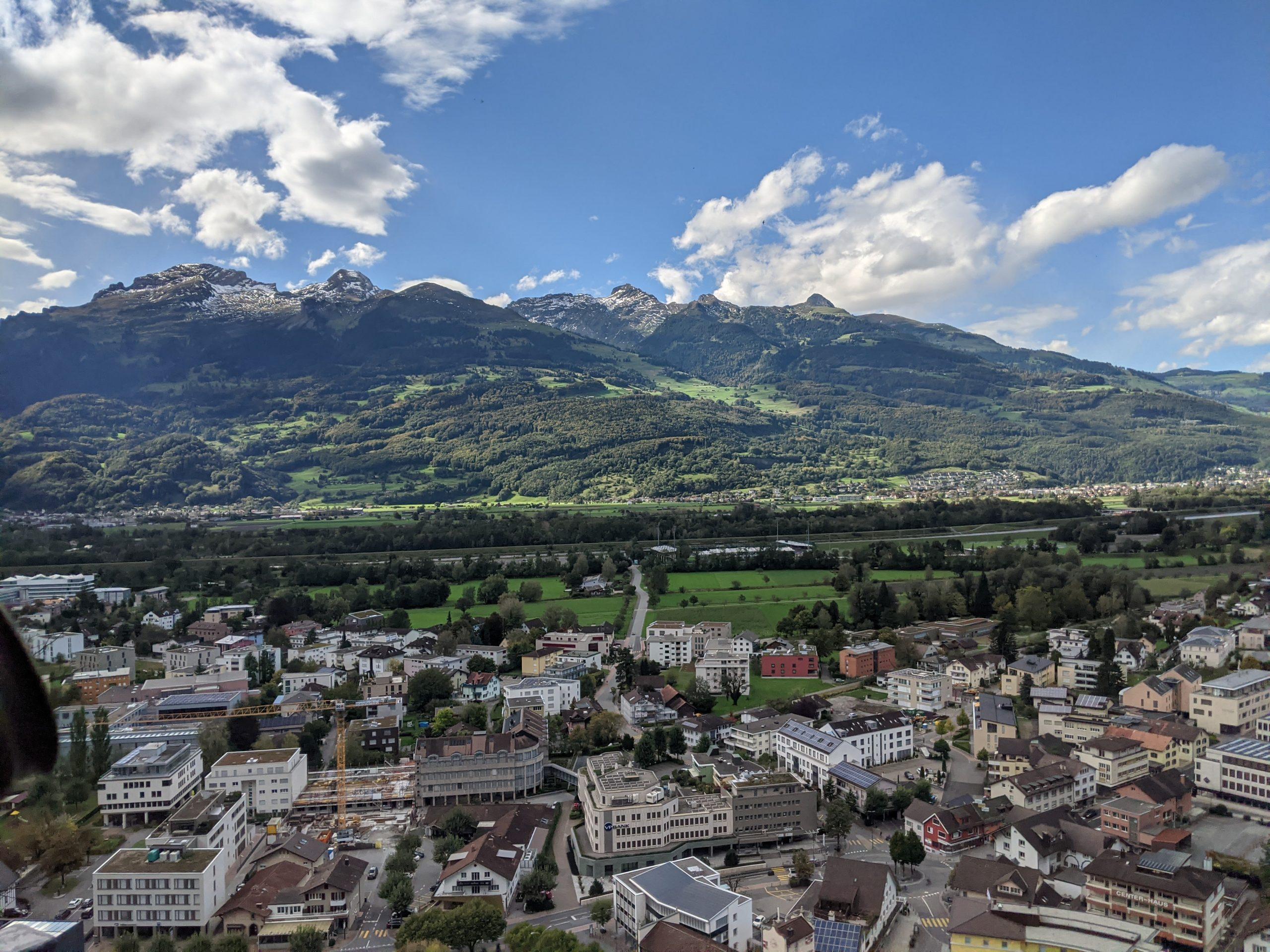Компания в Лихтенштейне - фото
